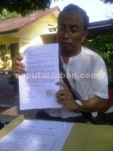 MUNDUR : Kuasan Hukum Toin, Nur Aziz menunjukkan surat pengunduran dirinya sebagai kuasa hukum