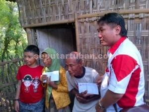 TRADISI BERBAGI : Manager Oke Pub dan Karaoke Tuban, Willy Santoso Juanda saat berbagi kepedulian dengan pasangan renta yang kurang mampu