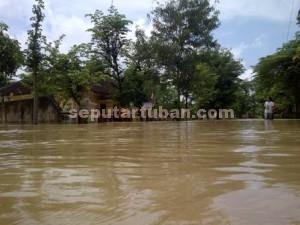 BELUM MENGUNGSI : Banjir luapan sungai kali Kening membuat warga tetap bertahan dirumahnya masing-masing meski air mengepung desa mereka