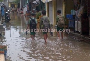 SUDAH TERBIASA : Banjir di kawasan pemukiman sudah mulai menurun
