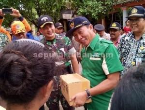 TIDAK CANGGUNG : Bupati Tuban, Fathul Huda saat memberikan bantuan sembako kepada warga Desa Selogabus, Kecamatan Parengan