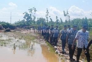 BERSAMA : Bupati dan Dandim 0811 Tuban, saat akan meninjau lokasi banjir di Kecamatan Merakurak