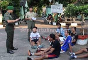 TERJUN LANGSUNG : Dandim 0811 Tuban, Letkol Sarwo Supriyo saat memberikan arahan kepada sejumlah calon peserta seleksi prajurit TNI AD di Makodim