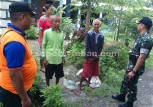 MENYATU : Dandim 0811 Tuban, Letkol Inf. Sarwo Supriyo saat berdialog dengan warga