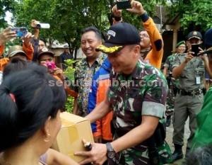 AKRAB : TIDAK CANGGUNG : Dandim 0811/TubanTuban, Letkol Sarwo Supriyo saat memberikan bantuan sembako kepada warga Desa Selogabus, Kecamatan Parengan