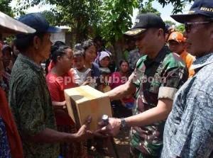 Dandim 0811 Tuban, Letkol Sarwo Supriyo saat menyerahkan bantuan kepada korban banjir