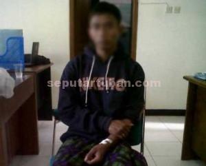MINTA PULANG : Pria ini yang berusaha bunuh diri dan digagalkan anggota Sat Pol PP Pemkab Tuban, kemudian dipulangkan kerumahnya oleh Dinsosnakertrans Pemkab Tuban