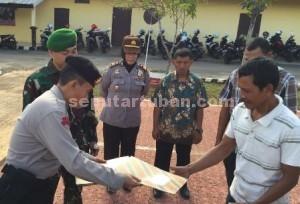 CARA BARU : Kapolres Tuban dan Dandim Tuban saat menyerahkan piaga kepada mantan pengusaha arak di halaman belakang Mapolres Tuban