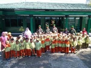 NKRI SEJAK DINI : Foto bersama usai melaksanakan kegiatan di Koramil Tambakboyo