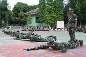 SEMANGAT : Prajurit Kodim 0811/Tuban saat mengikuti salah satu sesi latihan di halaman Makodim.