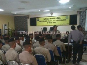 PRAKTEK : Calon Bintara Polri saat menerima pengarahan