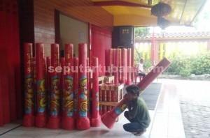 BAHAGIA : Persiapan imlek di klentheng Kwan Sing Bio Tuban, dengan menata lilin