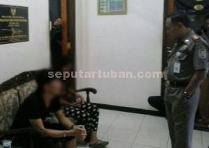 MALU : Sekretaris Sat Pol PP Pemkab Tuban, Hery Muharmawanto saat bertanya kepada sepasang mahasiswa yang diamankan dari rumah kos