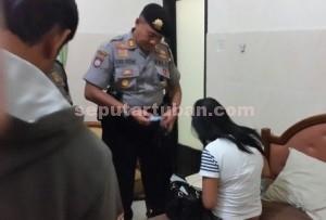 PERIKSA : Kasat Sabhara Polres Tuban saat memeriksa identitas
