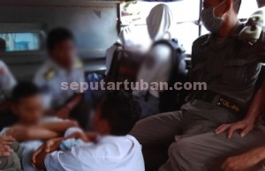 BOLOS : Sejumlah pelajar saat akan dibawa ke Kantor Sat Pol PP Pemkab Tuban usai diamankan dari lokasi berbeda