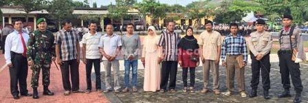 Foto bersama usai penyerahan piagam penghargaan di halaman belakang Mapolres Tuban