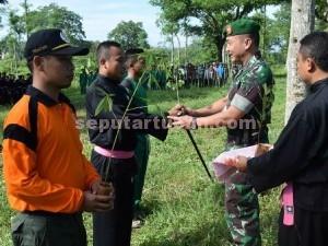 SIMBOLIS : Dandim 0811 Tuban, Letkol Inf. Sarwo Supriyo saat menyerahkan bibit pohon kepada perwakilan siswa SH Terate