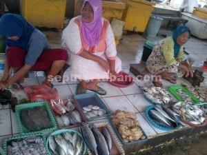 MASIH STABIL : Penjual ikan di TPI Palang masih ramai pembeli meski harga naik