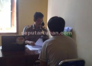 DIPERIKSA : Perwakilan hotel saat di Sat Pol PP Pemkab Tuban untuk membuat surat pernyataan