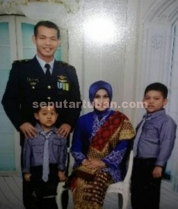 Mayor Penerbang (Pnb) Ivy Safatillah, bersama istri dan kedua putranya/foto keluarga