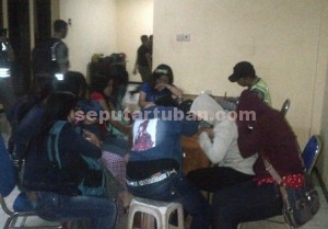 MALU : 10 pemandu lagu saat dilankukan pendataan di Kantor Sat Pol PP Pemkab Tuban yang diamankan dari karaoke ilegal kawasan Kecamatan Bancar