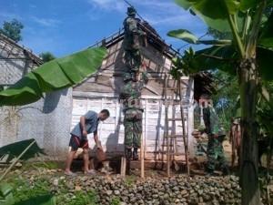 SIGAP : Anggota TNI membantu membenahi rumah warga yang rusak akibat puting beliung