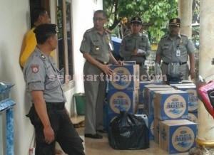 TIDAK BERKUTIK : Pemilik arak (kaos kuning) saat berdialog dengan petugas Sat Pol PP yang menyita arak dalam kemasan siap edar
