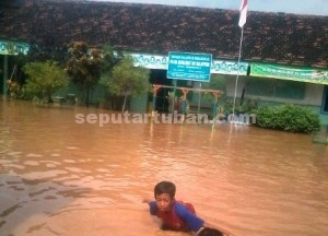 LANGGANAN : Sebuah sekolah terendam banjir, kondisi ini hampir tiap musim hujan terjadi