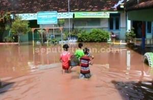 LANGGANAN : Kondisi sekolah yang masih terendam banjir
