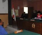 JADI PESAKITAN : Terdakwa saat menjalani persidangan di Pengadilan Negeri Tuban