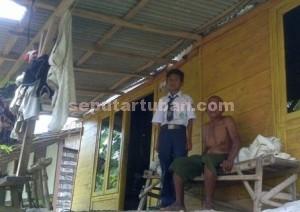 TETAP TEGAR : Fajar Shefa Pradana, bersama kakeknya sebelum berangkat sekolah