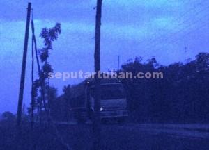 DIRESAHKAN : Tiang listrik pengutan jaringan PLN yang mau roboh di sebelah  barat Desa Gaji, Kecamatan Kerek