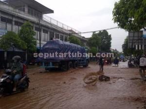 LANGGANAN : Kondisi jalan lintas provinsi terendam banjir bandang