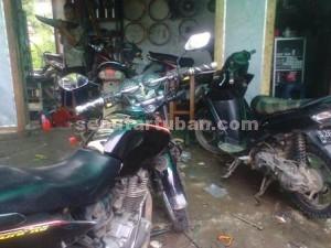 LARIS : Salah satu bengkel sepeda motor di Kecamatan Jatirogo sedang kebanjiran order