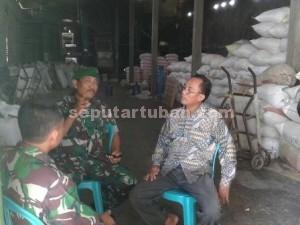 SERIUS : Danramil Plumpang, Kapten Inf. Istoha didampingi Babinsa saat berkunjung ke salah satu pemilih penggilingan padi