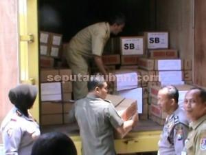 DIAMANKAN : Dokumen pelaksanaan UN saat diturunkan untuk diamankan di ruang Serbaguna Mapolres Tuban