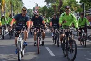 MENYEHATKAN : Dandim 0811 Tuban, Letkol Inf. Sarwo Supriyo (kiri) dan Danrem 082/CPYJ Mojokerto, Kolonel Inf. Irham Waroihan (kanan) saat gowes bersama