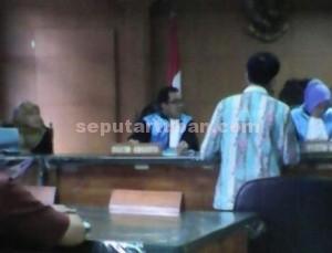 MENCARI KEADILAN : Suasana persidangan di PTUN Surabaya