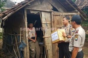 SENANG : Penerima bantuan memiliki semangat baru karena mendapat perhatian dari Kapolsek