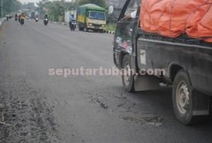KERJA BURUK : Kondisi jalanan poros Kecamatan Merakurak yang sudah rusak meski baru selesai dibangun