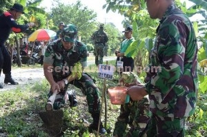 HIJAUKAN LINGKUNGAN : Kasdim 0811 Tuban, Mayor Inf. Suko Edi Winarto saat melakukan penanaman pohon