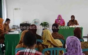 HARMONIS : Ketua Persit Candra Kirana Tuban didampingi Ketua Warakawuri saat menyampaikan sambutan dalam pertemuan rutin bulanan
