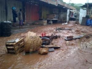HANYUT : Kondisi dalam Pasar Rengel porak-poranda diterjang banjir bandang