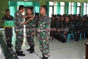 TINGKATKAN KEMAMPUAN : Perwakilan prajurit Kodim 0811/Tuban menerima tanda peserta dimulainya latihan dari Kasdim