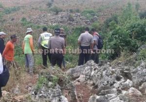 BEBATUAN : Para petugas melihat lokasi jatuhnya korban dari ketinggian