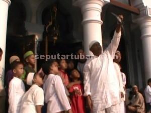 LANGKA : Dengan menggunakan hasil foto rontgen, jamaah melihat fenomena gerhana matahari disekitar Masjid Agung Tuban