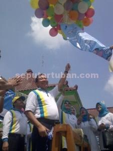 SIMBOLIS : Bupati Tuban, Fathul Huda didampingi istri dan undangan melepaskan balon simbolis dimulainya pelaksanaan PIN di Kabupaten Tuban