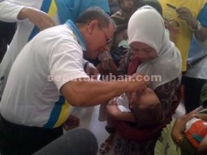 DIMULAI : Wakil Bupati Tuban, Noor Nahar Hussein meneteskan imunisasi kepada bayi saat pembukaan PIN Kabupaten Tuban di Kantor Kecamatan Soko