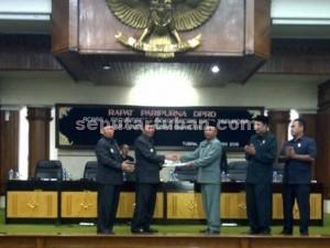 DITERIMA : Ketua DPRD Tuban saat menyerahkan rekomendasi hasil Pansus DPRD Tuban terhadap LKPJ Bupati Tuban tahun anggaran 2015