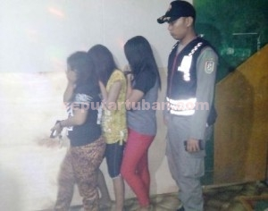 RAZIA : Tiga pemandu lagu karaoke ilegal saat diamankan dilokasi